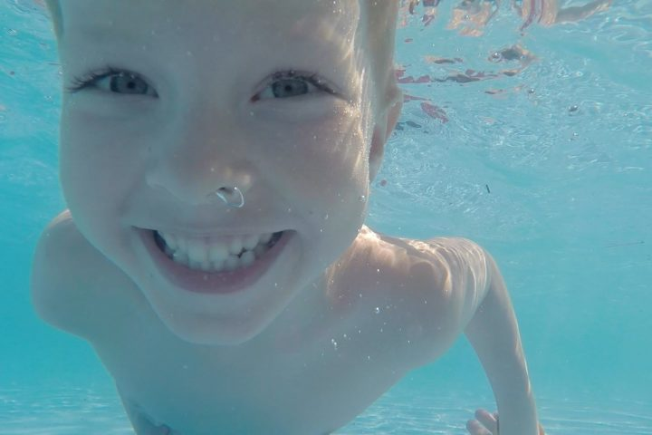 Dlaczego warto uczyć dziecko pływania i nurkowania?
