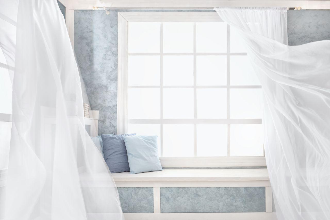 Nieszczelności drzwi i okien – jak je zniwelować?