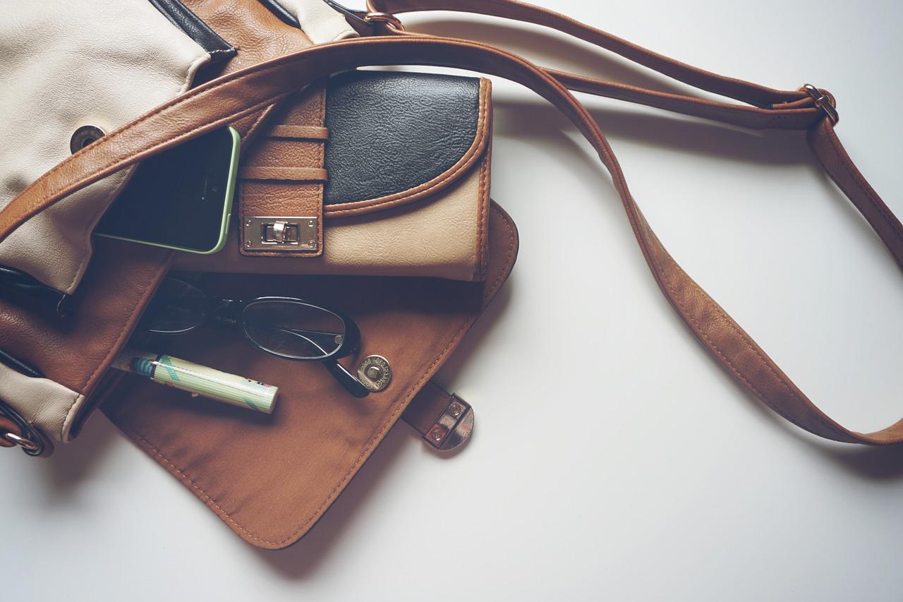 Zamsz czy skóra – z jakiego materiału kupić torebkę?