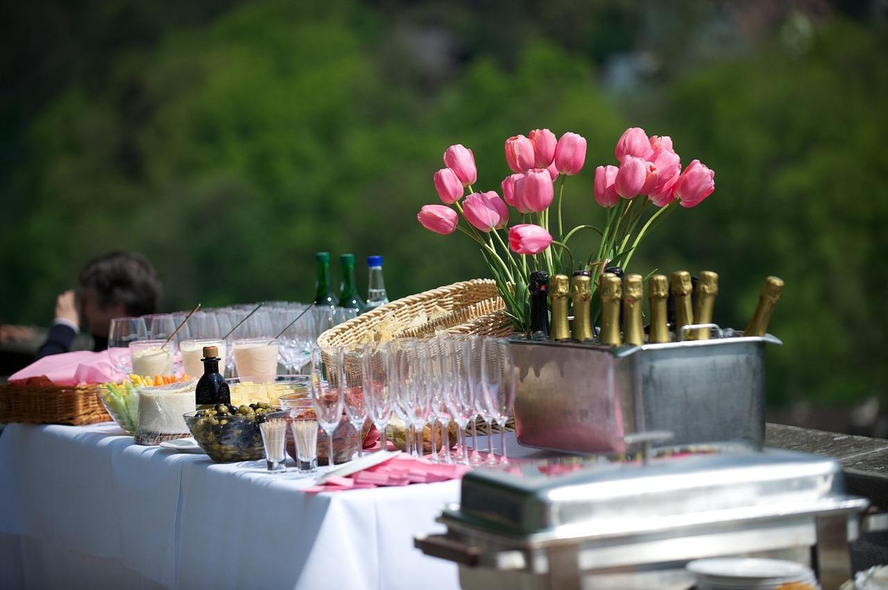 Jakie meble przygotować na przyjęcie w ogrodzie?