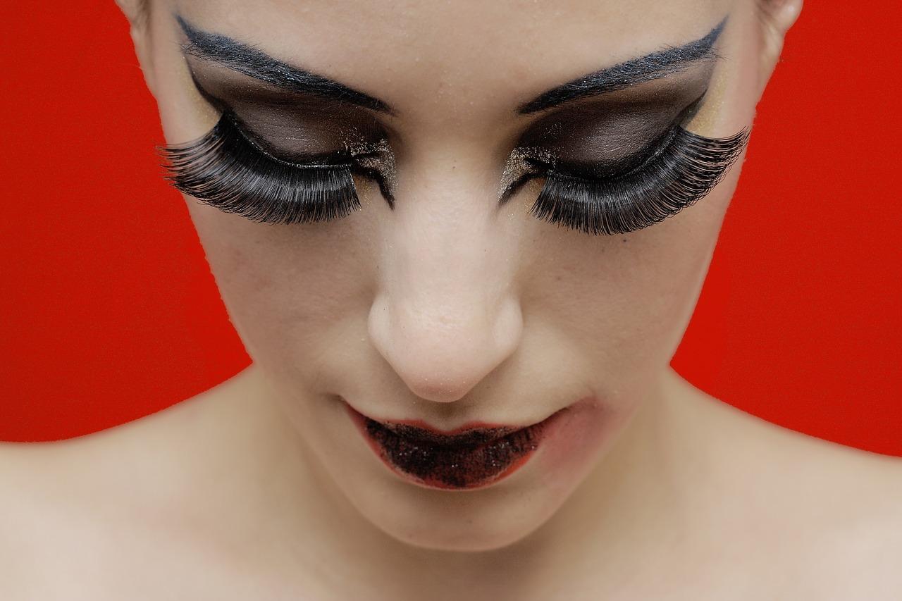 Na korektę jakiego typu niedoskonałości sprawdza się makijaż permanentny?