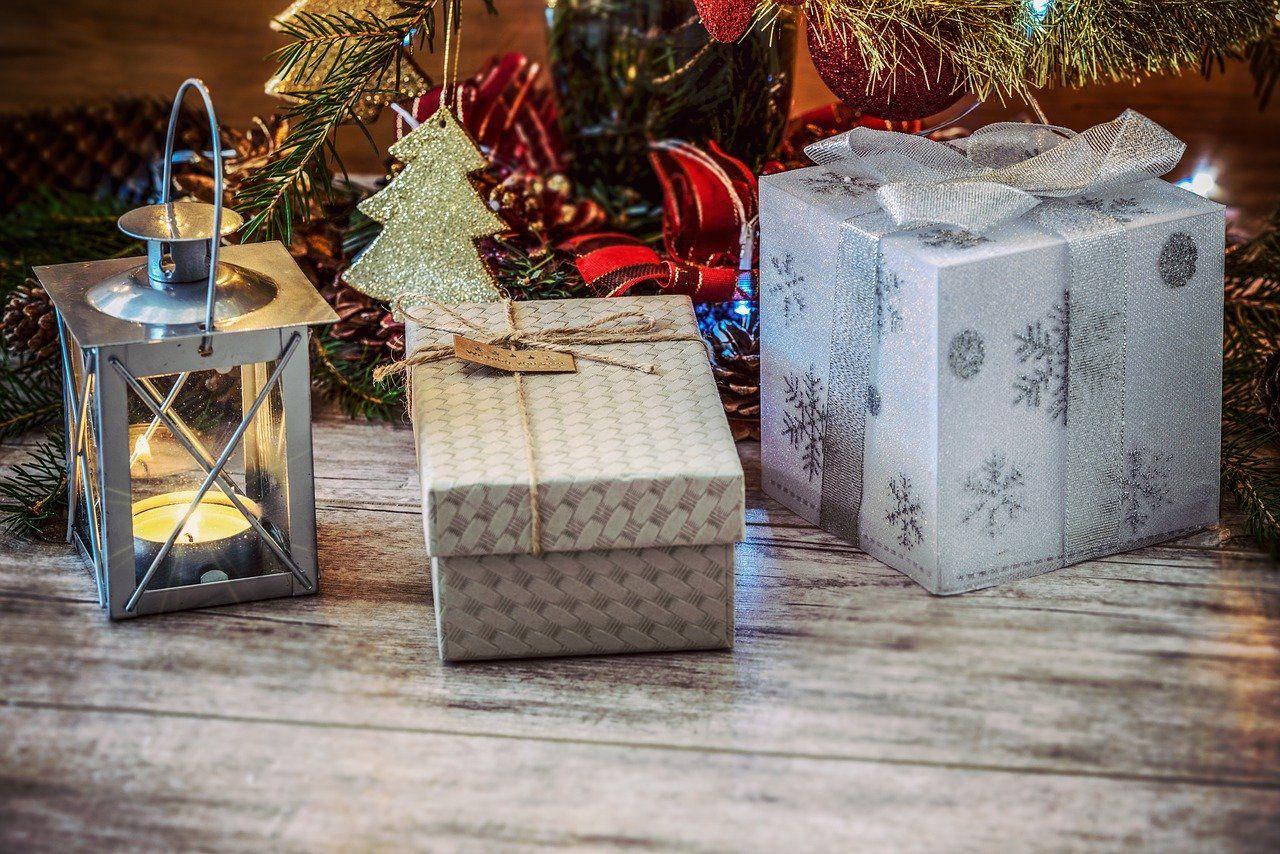 Praktyczne i wyjątkowe prezenty świąteczne – jak ich szukać?