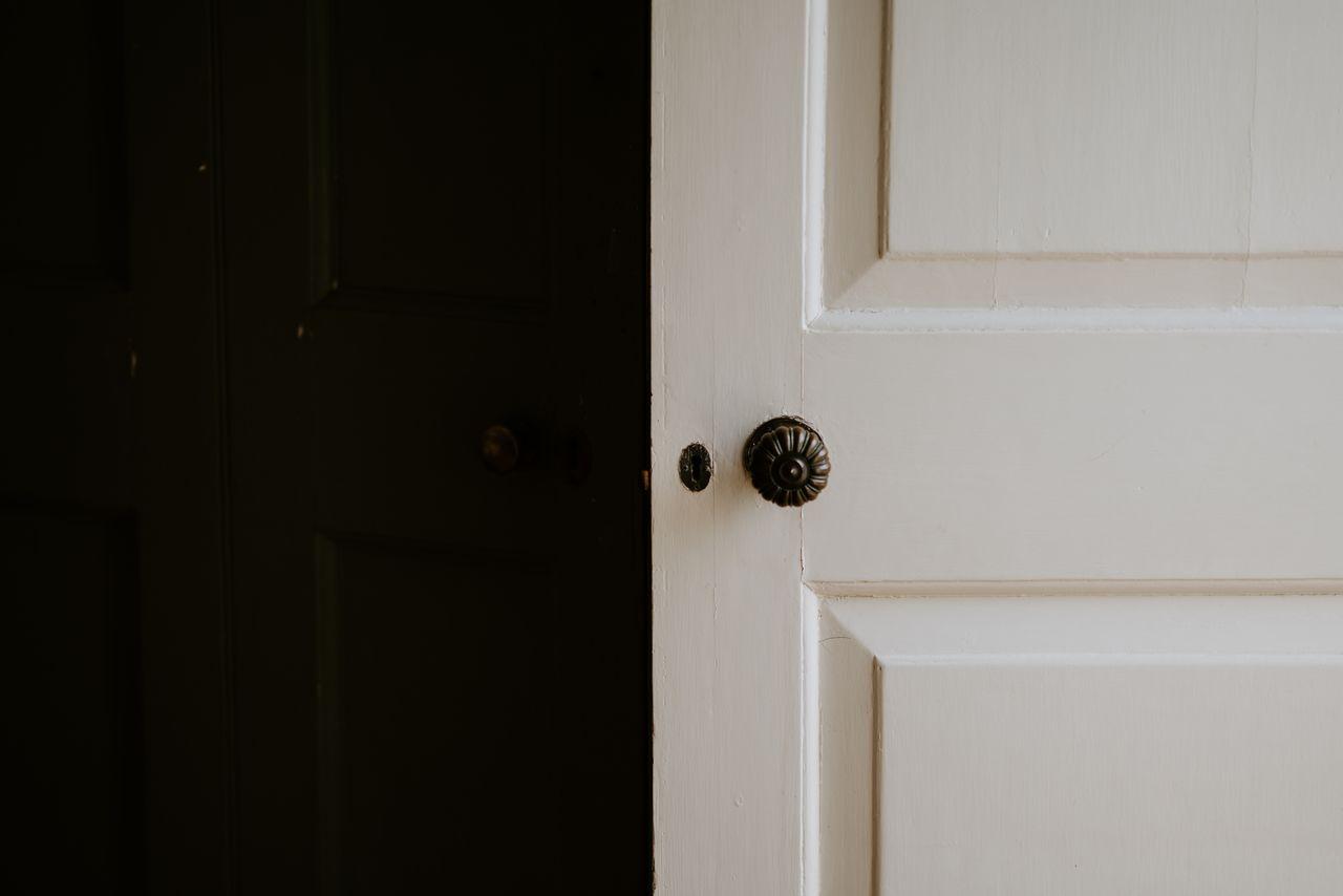 Bezpieczne i eleganckie drzwi – jak dobrać do nich odpowiednią klamkę?