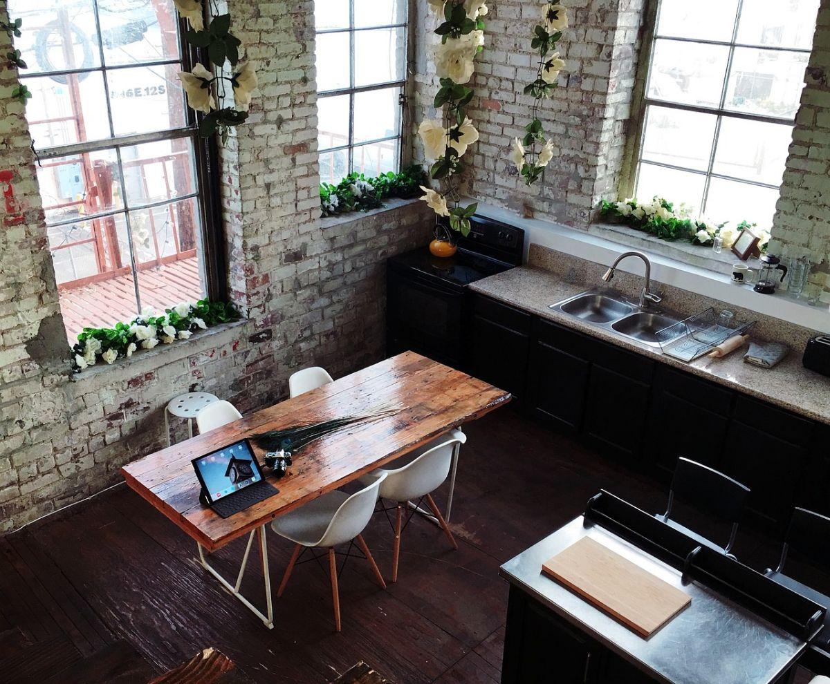Wyposażenie firmowej kuchni – co powinno się tam znaleźć?