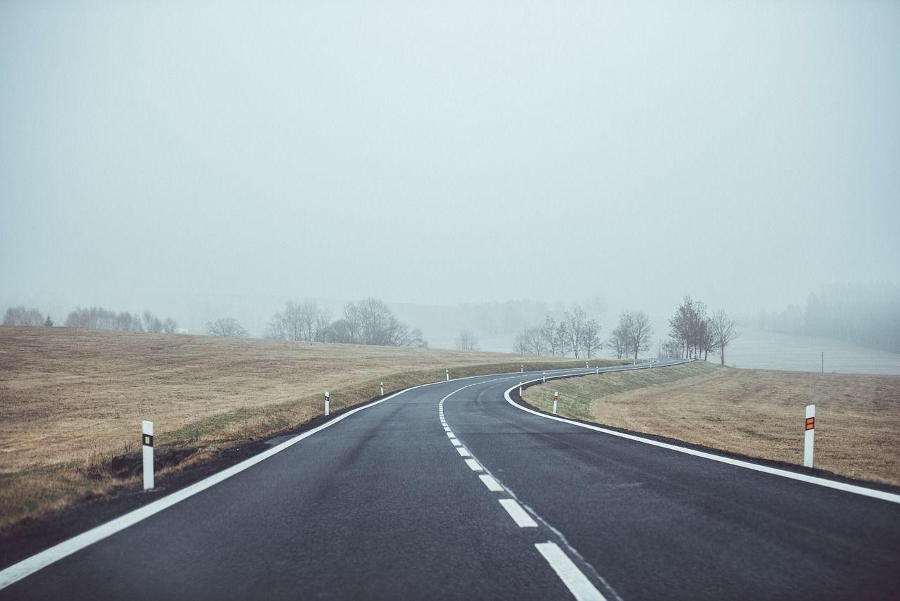 W jakim celu stawia się słupki drogowe?
