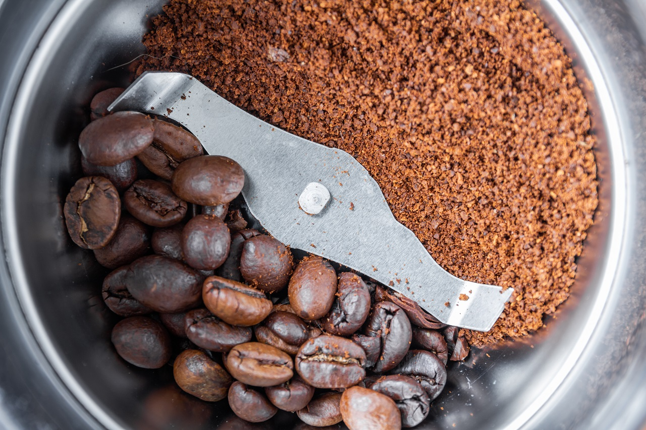 Młynek do kawy – ręczny czy elektryczny?