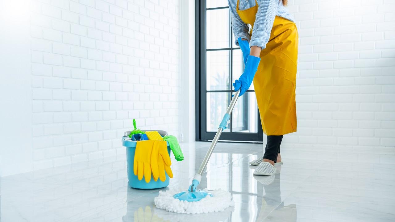 Jakie środki czystości używać w zależności od typu podłogi?