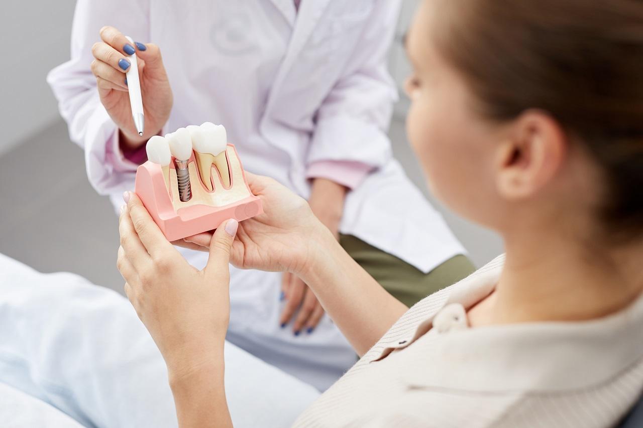 Implanty – zastosowania, procedura i przeciwwskazania