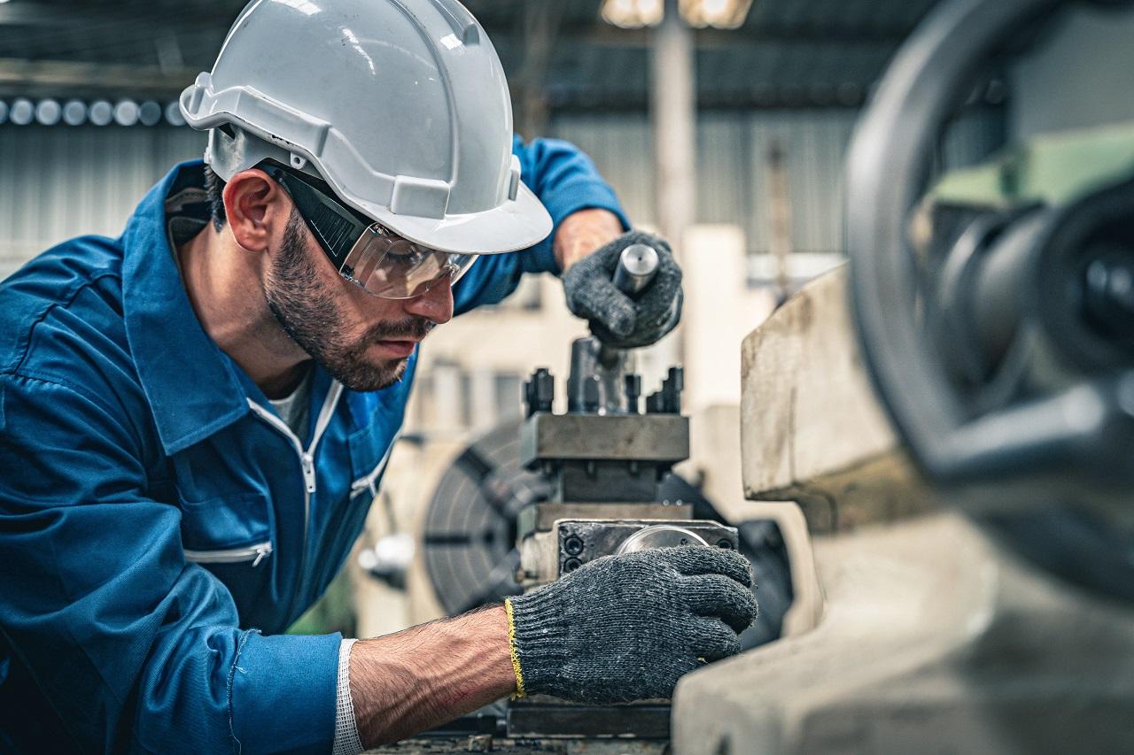Jakie usługi wykonują firmy zajmujące się naprawą obrabiarek?