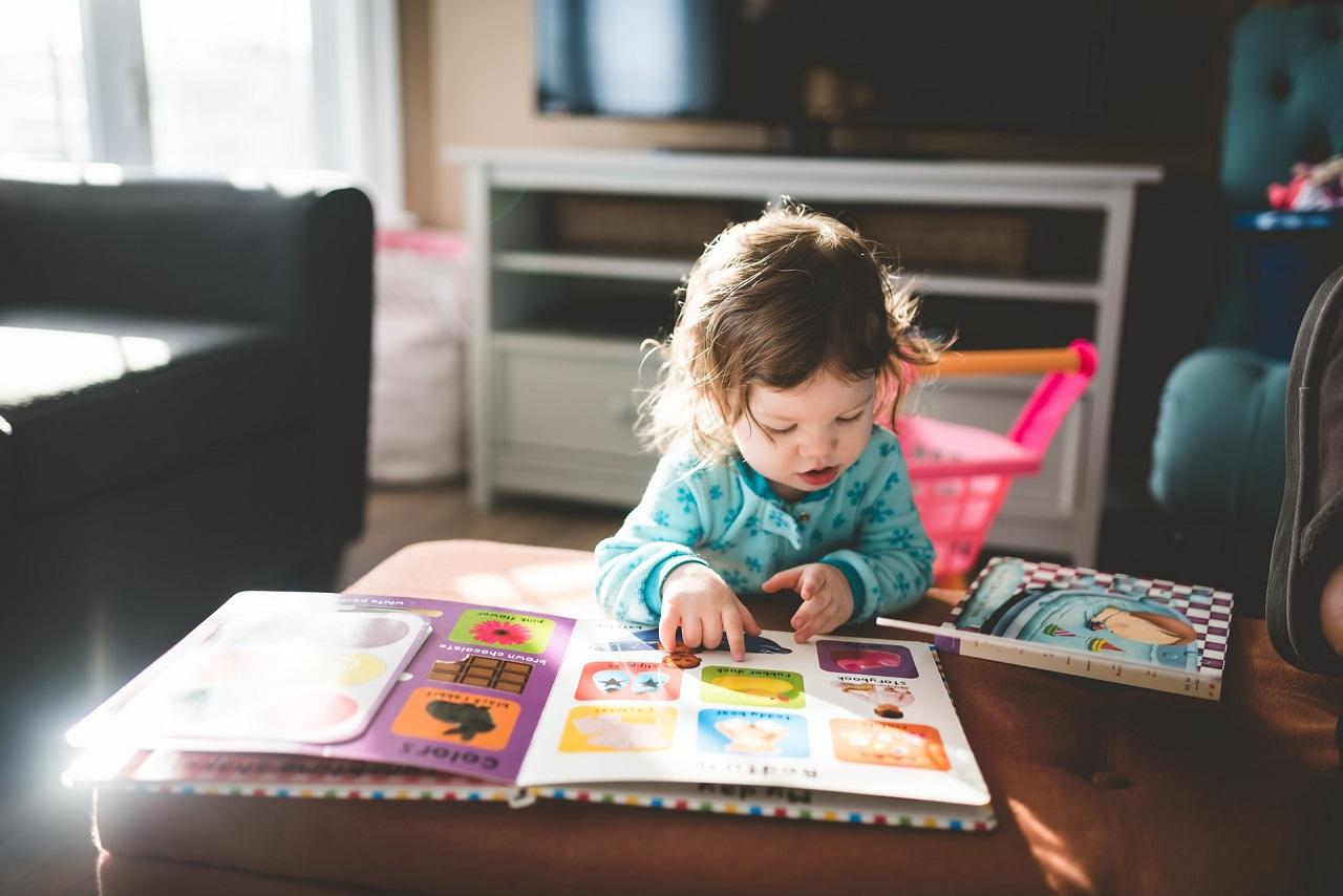 W jaki sposób dzieci mogą mieć styczność z językiem angielskim od najmłodszych lat?