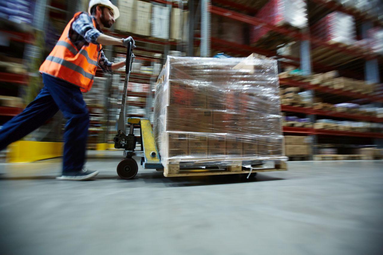 Transport towaru – jak zabezpieczyć paletę z ładunkiem?