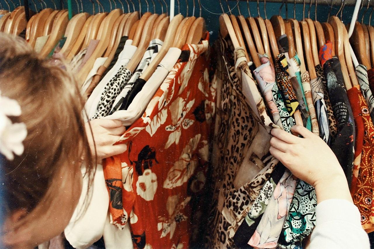 Spośród jakich typów materiałów i różnorodnych wzorów warto wybrać sukienkę dla siebie?