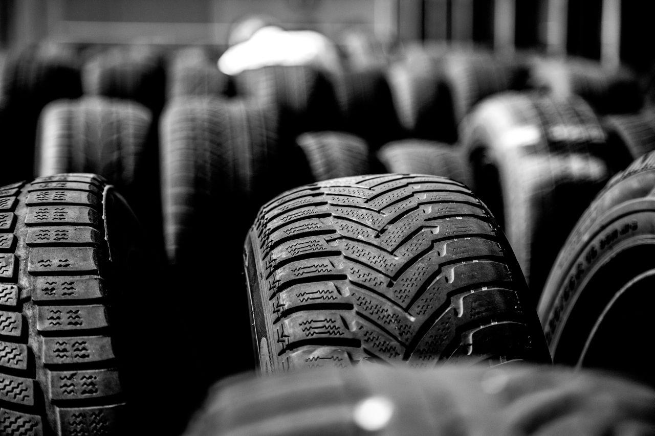 Bieżnik opony – co to jest oraz jaki ma wpływ na jazdę?