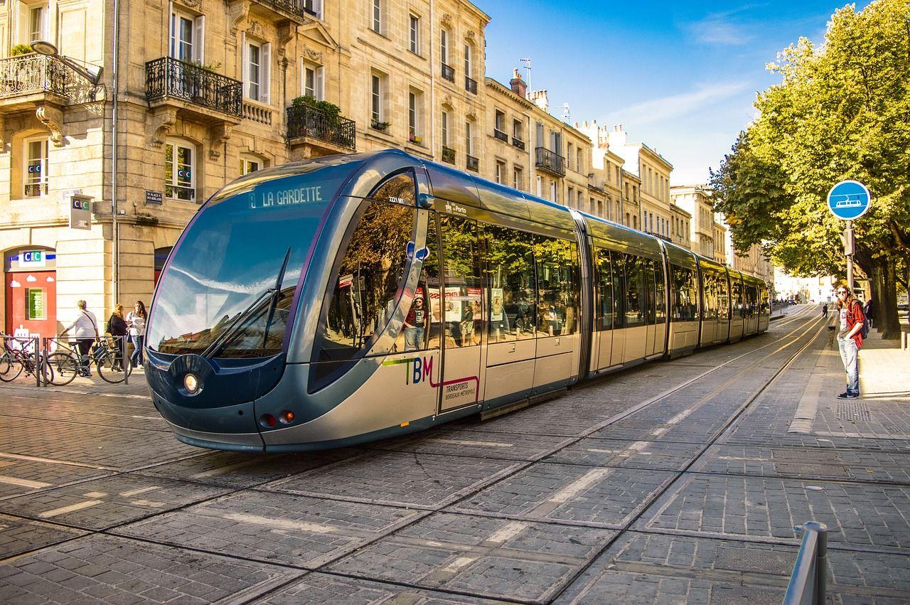 Reklamowanie firmy w komunikacji miejskiej – czy jest to opłacalne?